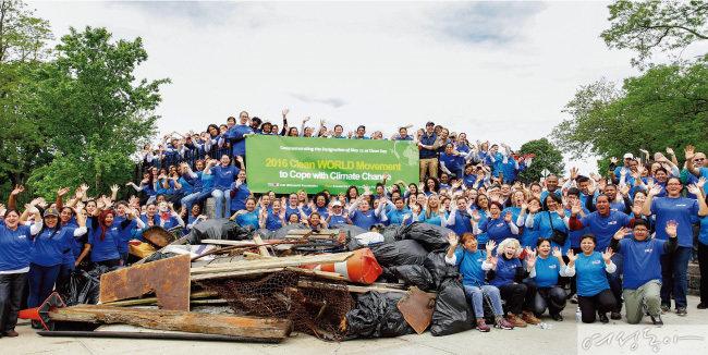 미국 뉴욕 위러브유 회원들이 인우드힐 공원 일대에서 클린월드운동을 펼쳐 각종 쓰레기들을 수거한 후 환하게 웃고 있다.