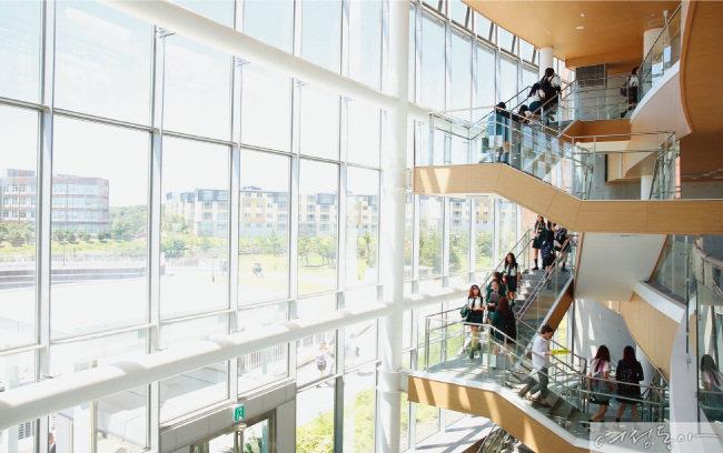 개방적이며 자연친화적으로 설계된 브랭섬홀 아시아의 캠퍼스는 학생들의 지적, 사회적 교류를 독려하는 학습의 장이다.