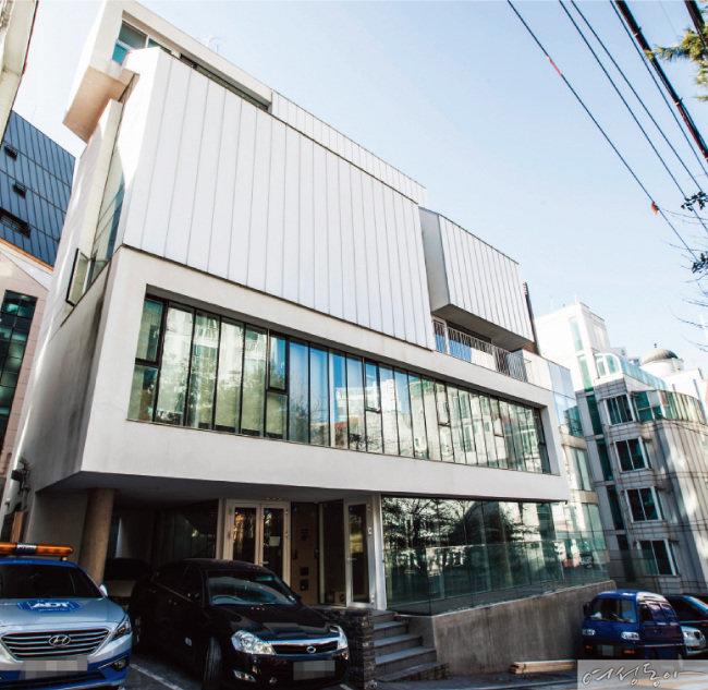 지드래곤이 지난해 11월 88억5천만원에 매입한 청담역 인근 빌딩. 강남구청으로부터 건축물대상을 받았다.