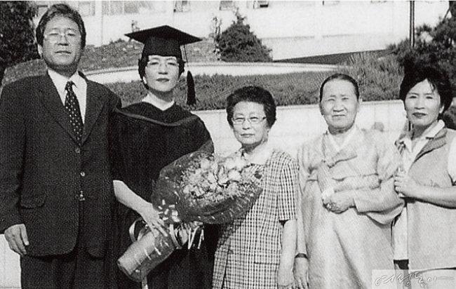 김 장관의 서강대 대학원 졸업식 기념사진. 김 장관의 오른쪽 두 어르신은 양가 어머니, 맨 왼쪽은 남편 민긍기 창원대 교수다.