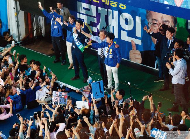 지난해 장미 대선에서 문재인 더불어민주당 후보와 함께 유세를 하고 있는 김영주 장관(오른쪽). 당시 김 장관은 문 후보의 선대위 서울시당을 이끌었다.