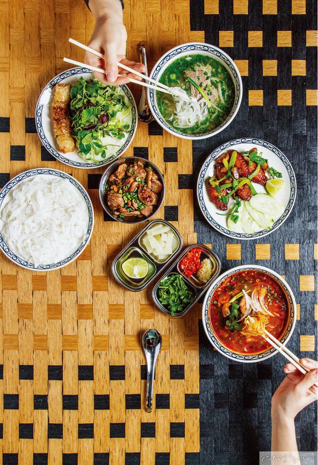 시그니처 메뉴는 분짜. 신 메뉴인 남방풍 매운 쌀국수와 느억맘 닭날개 튀김도 반응이 좋다.