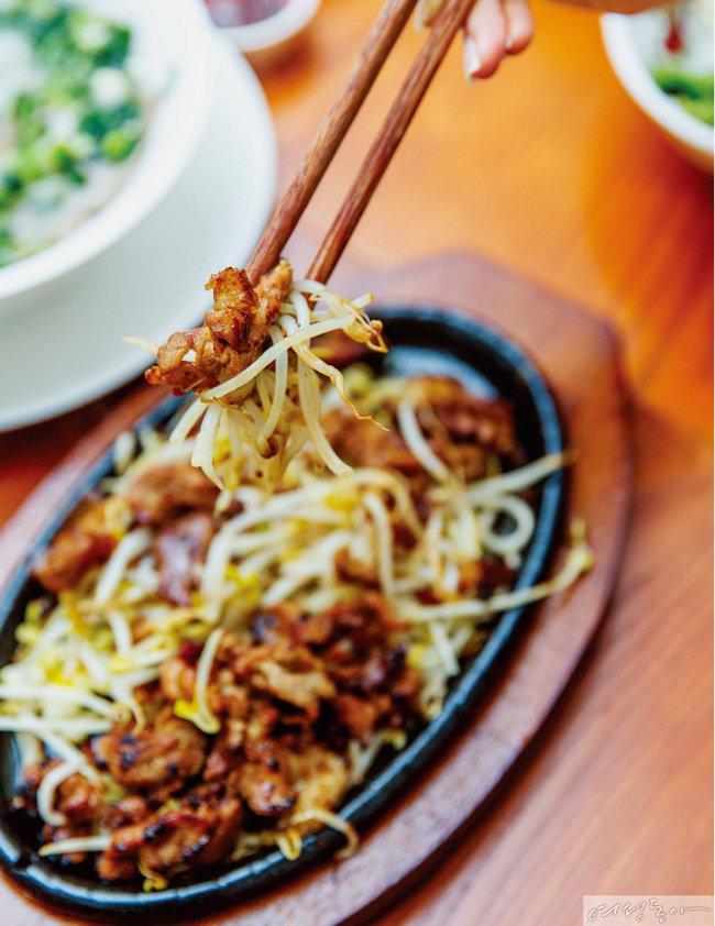 숯불 그릴 돼지고기, 생채소, 쌀국수를 녹맘소스에 담가 먹는 분짜.