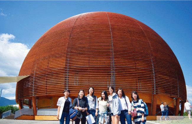2016년 유럽입자물리연구소(CERN) 견학을 간 브랭섬홀 아시아 학생들. 노벨물리학상 수상자 8명을 배출한 이 연구소는 '힉스 입자'를 발견한 곳으로 유명하다.