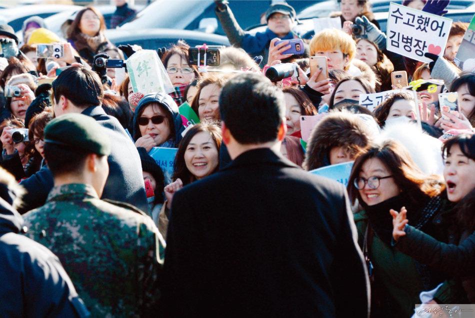 2017년 2월 11일 경기 고양시 덕양구 30사단에서 군 생활을 마치고 나온 김현중을 국내외 팬들이 뜨겁게 환호하고 있다.