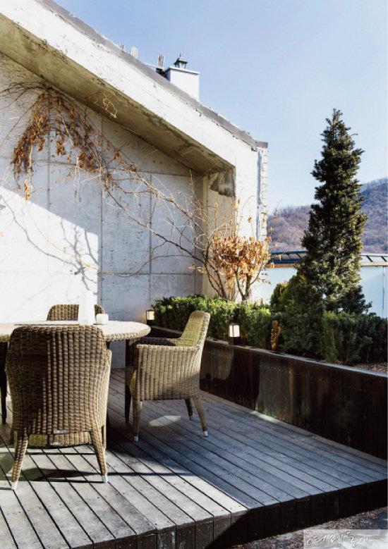 3층 옥상 마당은 데크를 설치하고 라탄 테이블과 의자를 두어 자연을 만끽할 수 있는 공간으로 연출했다.