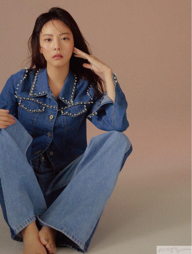 진주 장식 데님 재킷 에센셜. 와이드 데님 팬츠 힐피거컬렉션.