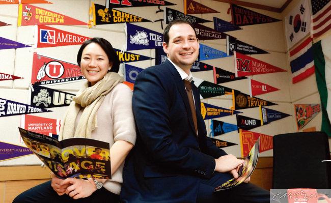브랭섬홀 아시아의 대학 진학 상담교사인 제시카 리와 도미닉 브루소 씨는 풍부한 경험을 바탕으로 학생들이 자신에게 꼭 맞는 대학을 찾아갈 수 있도록 도움을 준다.