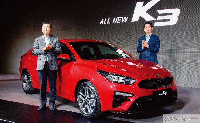 박한우 기아차 사장(왼쪽)과 권혁호 기아차 국내영업본부 부사장(오른쪽)이 '올 뉴 K3' 보도발표회를 갖고 있다.