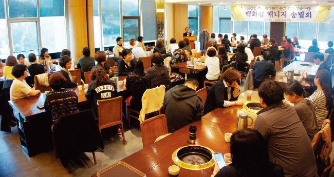 임오식 회장이 코렐 임직원들과의 송별회에서 인사말을 하고 있다.