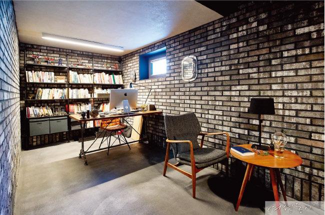 지하에 자리한 남편의 서재에는 천연 광물을 함유한 빈티지 블랙 파벽돌을 시공해 카페처럼 연출했다.