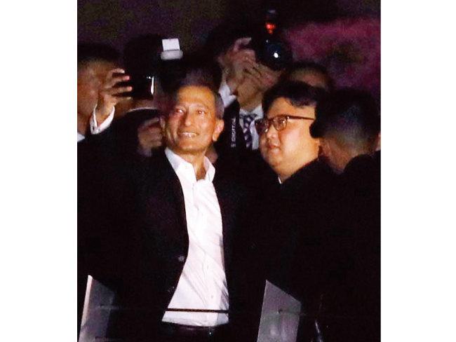 싱가포르 외교장관(왼쪽)과 셀카를 찍고 있는 김정은 위원장.