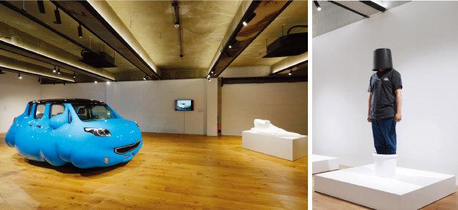 실제 자동차를 이용해 조각의 본질인 '부피'를 유머러스하게 변형한 'Fat Car'.(왼쪽) 에르빈 부름의 지시문대로 '더블 바스켓' 퍼포먼스를 벌이고 있는 관람객.