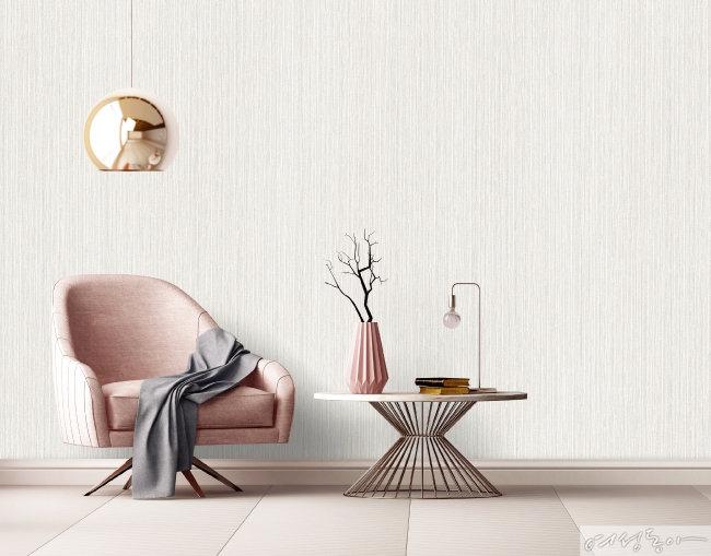 직물 패턴 벽지로 꾸민 공간이 내추럴하다. 벽지는 LG하우시스  디아망 스트라이프직물 #라이트그레이_PR013-2.