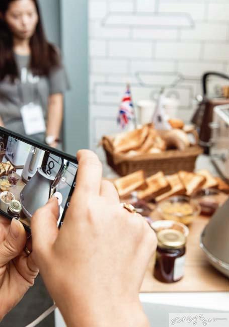 모피리처드 제품을 스마트폰에 담고 있는 참석자들.