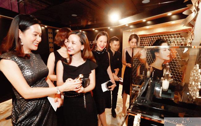 LG생활건강이 지난 6월 개최한 '2018 후 궁중연향 in 홍콩'에서 해외 뷰티 관련 미디어 참석자들이 신규 라인 '후 천율단' 제품을 관심 있게 살펴보고 있다.