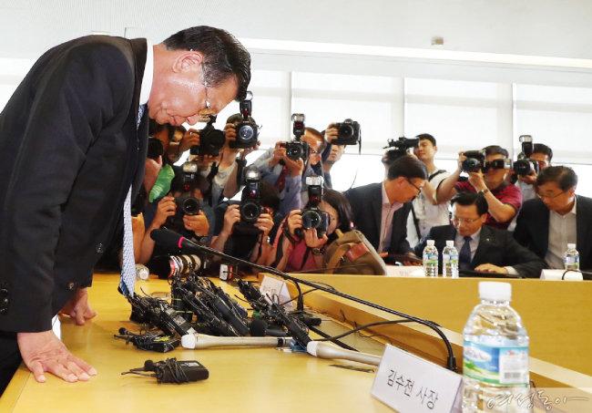 박삼구 금호아시아나그룹 회장이 7월 4일 서울 종로구 사옥에서 기자회견을 열고 기내식 대란으로 물의를 빚은 점에 대해 머리 숙여 사과했다.