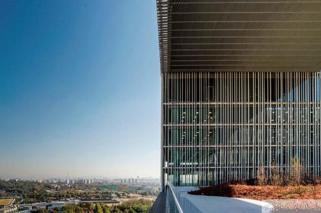 17층 공중정원에서 본 서울의 풍경. 아모레퍼시픽 용산 새 사옥에는 3개의 공중정원이 있다.