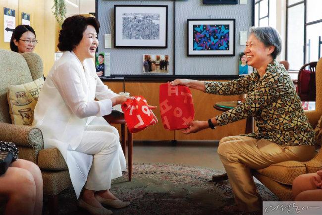 싱가포르 총리 부인에게  평창 패럴림픽 현수막으로 만든 에코백을 선물한 김정숙 여사.