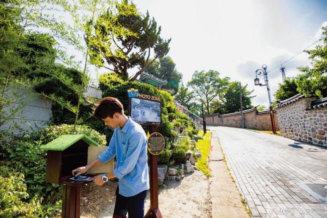 수잔이 첫번째 한국 걷기길 여행을 기념해 강화성당에서 스탬프를 찍었다.