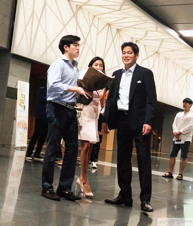 딸 해인 양을 응원하기 위해 공연장을 찾은 정용진 신세계 부회장과 아내 한지희 씨, 아들 해찬 군(오른쪽부터).