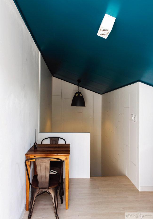 다락은 천장을 에메랄드 컬러로 페인팅하고 커다란 펜던트 조명을 달아 포인트를 주었다.