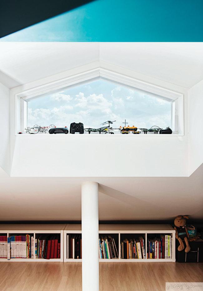 박공 지붕 형태를 살려 디자인한 다락 창문.