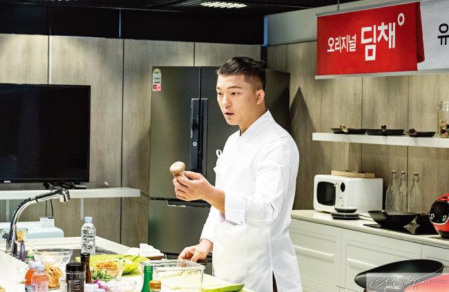 유현수 셰프가 딤채의 전문 숙성, 보관 기능 활용법을 소개하고 있다.