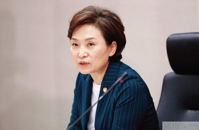 """김현미 국토교통부 장관 """"내년(2018년) 4월까지 시간을 드렸으니 강남의 다주택 보유자는 본인이 사는 집 말고는 파시라"""""""