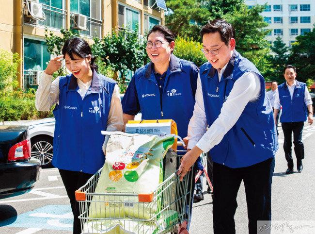 지난 8월 1일 효성나눔봉사단 활동의 일환으로 서울 마포구 취약 계층에 쌀을 배달한 조현준 회장(가운데).