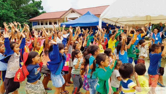 위러브유학교에 참여한 아이들이 밝은 표정으로 노래를 부르며 율동을 따라 하고 있다.