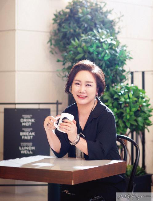 안면거상술과 쁘띠 시술로 동안 외모를 갖게 된 60대 안혜성 씨.