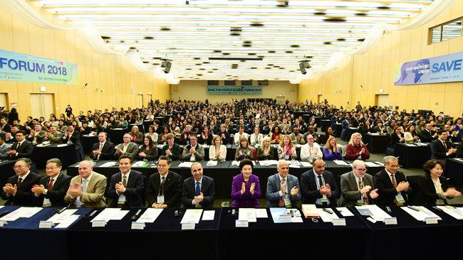 '2018 세이브더월드 국제포럼'에 국제기구 및 30여 개국 정·재계, 학계, 법조계, 의료계 관계자, 대학교수, 글로벌 NGO, 대학생 등 각계각층 5백여 명이 참석해 긴급구호와 글로벌 파트너십 방안을 모색했다.