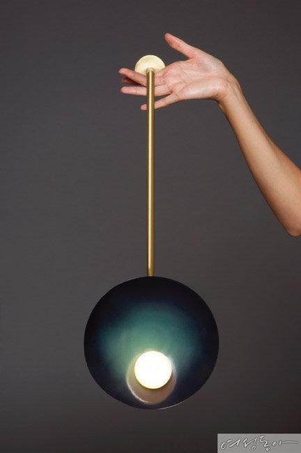 원형을 활용해 우아한 분위기로 디자인한 조명. design by Carla Baz.
