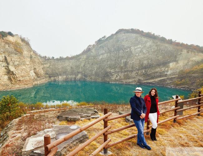 안산 대부광산 퇴적암층과 호수를 조망할 수 있는 공원이 갑자기 눈앞에 펼쳐진다. 저절로 감탄사가 나오는 풍경이다.