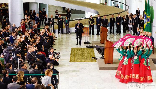 브라질 대통령궁에서 열린 '국가 자원봉사자의 날' 행사에 초대받은 아세즈 회원들이 미셰우 테메르 대통령 부부와 정부 관계자들이 지켜보는 가운데 부채춤을 선보여 박수갈채를 받았다.