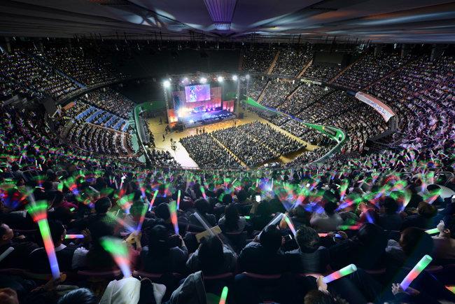 11월 25일 서울 잠실실내체육관에서 열린 제19회 새생명 사랑의 콘서트. 각국 대사 및 각계각층 인사들과 위러브유 회원, 시민 등 1만여 명이 지구촌 이웃을 돕고자 한마음으로 참여한 가운데 뜨거운 열기와 감동이 가득했다.