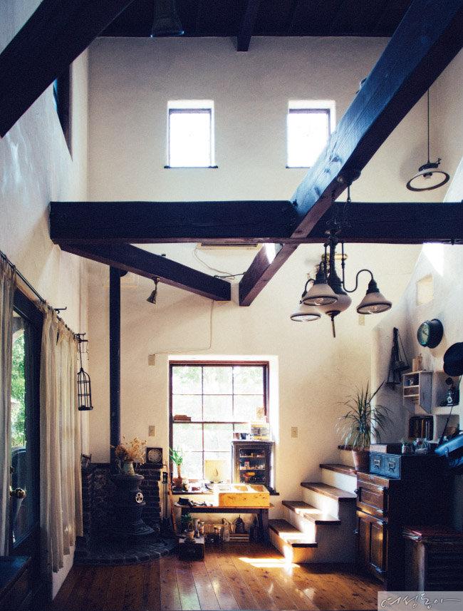 수납장, 벤치, 선반 등 대부분의 가구를 직접 만들어 꾸민 거실. 3층까지 높은 천장에는 커다란 실링팬을 달아 이국적인 분위기를 더했다.