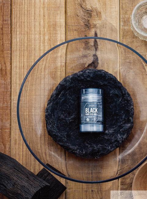 블랙헤드 제거, 피지 조절, 모공 수렴에 효과적인 스틱 타입 모공 클렌저. 78g 1만9천5백원.