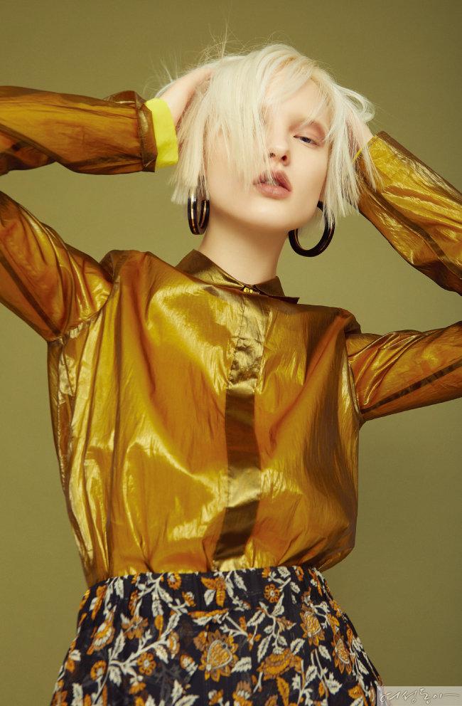 이너 톱, 광택감 있는 시스루 셔츠 모두 가격미정 코스. 프릴 스커트 19만원 마이클코어스. 이어링 스타일리스트 소장품.
