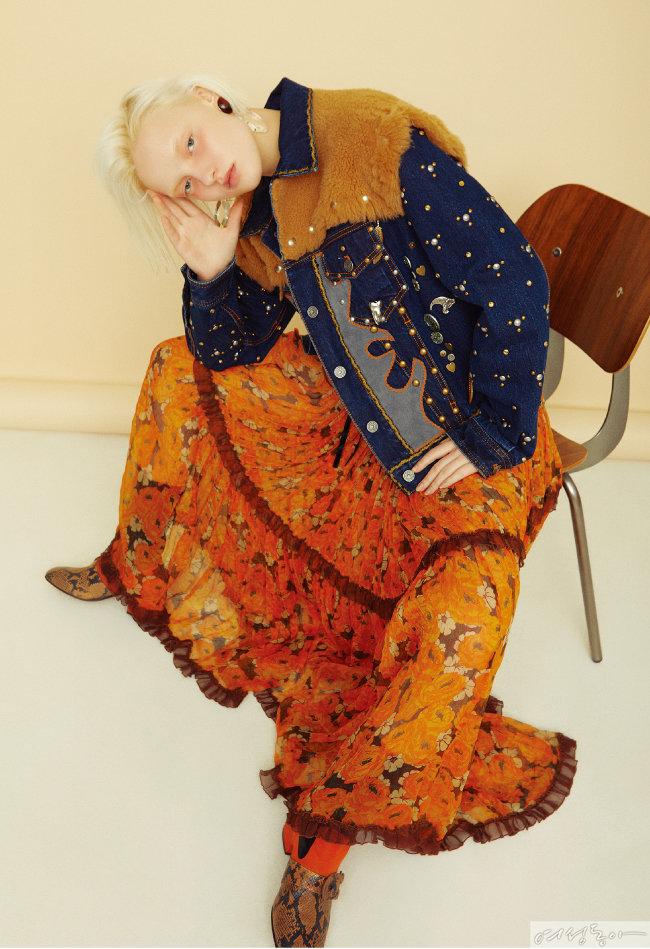 맥시 드레스, 퍼 장식 데님 재킷, 웨스턴 부츠 모두 가격미정 코치리조트컬렉션. 이어링 스타일리스트 소장품.