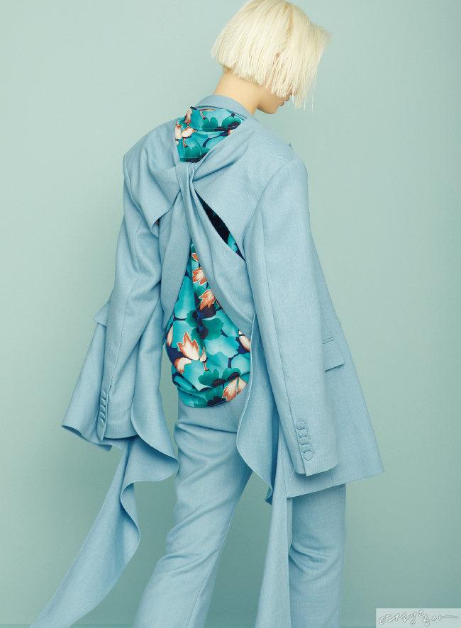 셔츠 75만원 겐조. 팬츠, 재킷 모두 가격미정 와이씨에이치.