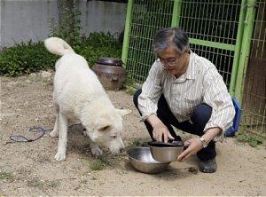 """文 대통령 """"개, 고양이 사료 값 내가 부담하는 게 맞다"""""""