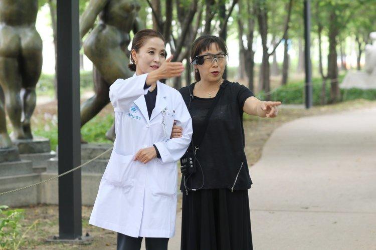 """""""큰 글씨가 보여요"""" 국내 첫 인공망막 이식수술 성공"""