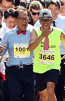 넥타이만 착용하면 OK이색 마라톤 대회