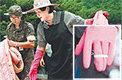 김정숙 여사, 청주 수해복구 지원고무장갑 위에 밴드는 왜?