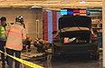 강남역 인근 건물로 차량 돌진…행인들 경악케 한 CCTV 영상 보니