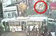 꼬리물기 하던 버스 '아찔'철길 위에 멈춰…참사 당할 뻔
