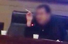 """""""담배가 영감 자극해""""강의중 담배 피운 교수 결국…"""