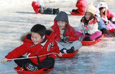 얼음썰매 타고 신난 동심내일 전국에 눈-비 소식